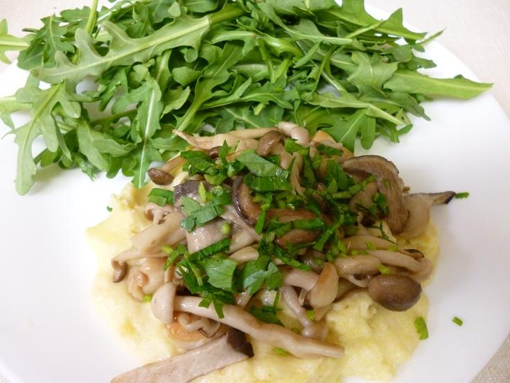 Polenta with mushrooms and arugula