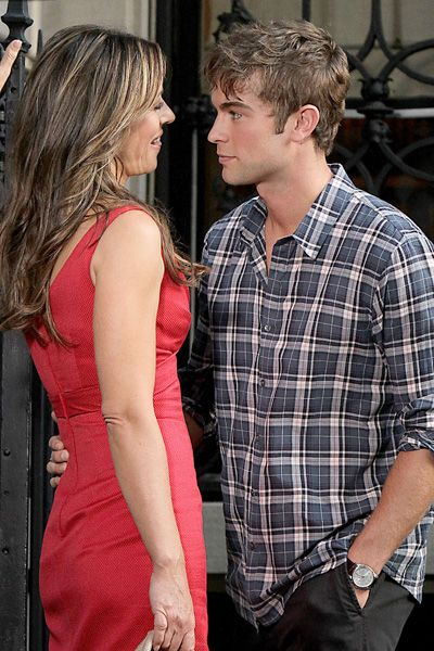 Elizabeth Hurley and Chace Crawford get close on Gossip Girl set