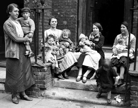 Mums with their children hang out on the stoop, 1928 (AP).
