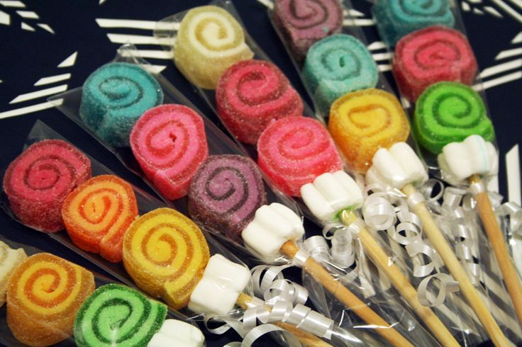 Coloridas brochetas de gomitas en DEDU. El recuerdo perfecto para cualquier ocasión. #manualidades #craft #food #candies.