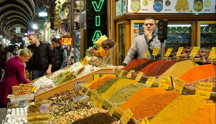 9. El Gran Bazar de Estambul, en Turquía, destaca por imponente. Con más de 4.000 puestos ubicados en más de 60 calles, en este gigantesco mercado no solo pueden encontrarse, alimentos, especias y comida turca tradicional. También destacan las bellas alfombras, lámparas o joyas que allí se venden.