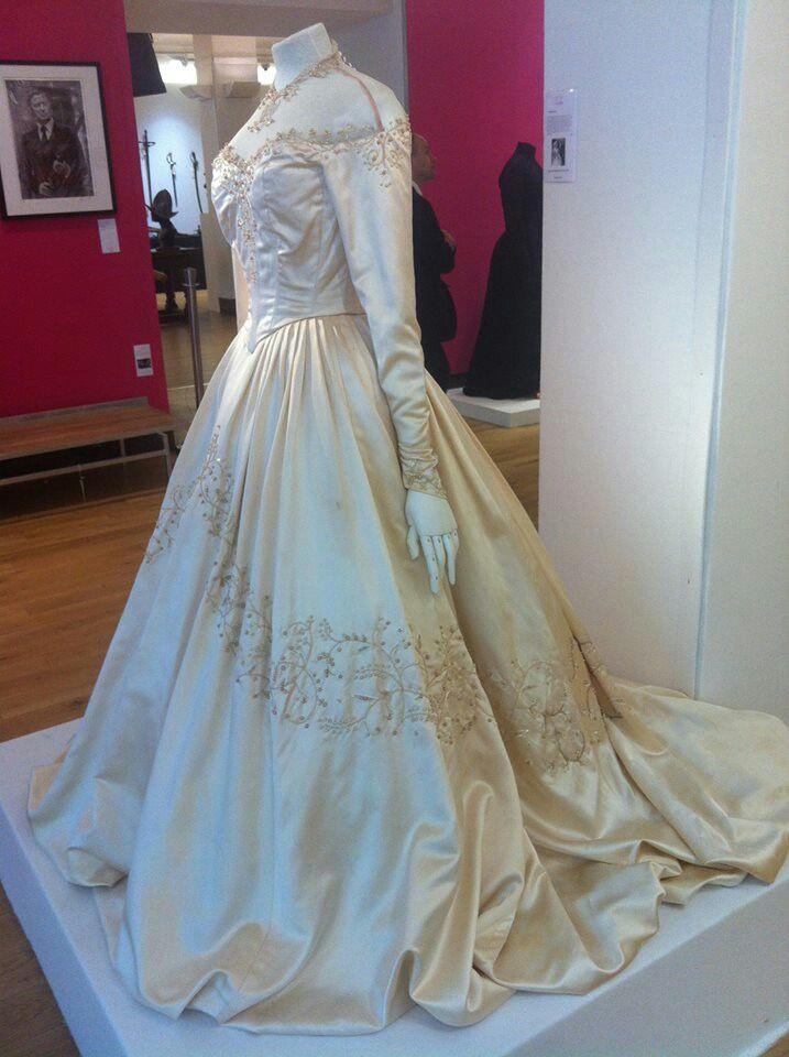 Elizabeth taylor wedding gown vintage wedding and for Elizabeth taylor s wedding dresses