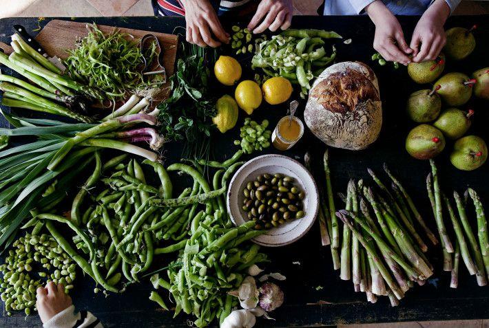 Asparagus with fresh peas, fava beans and herbs | Manger