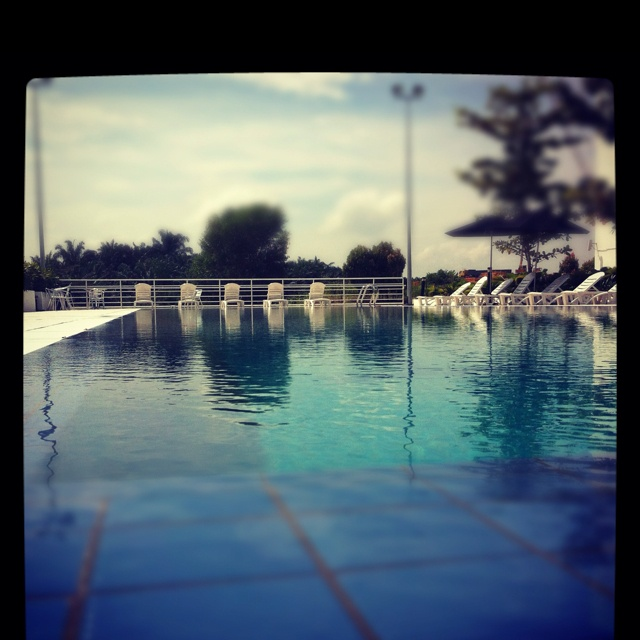 The sun and the pool
