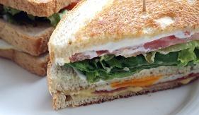 Sándwich mixto.    Bocadillos fríos y calientes, perritos (hot dogs), sándwiches y hamburguesas (burguers).     http://www.maremondo.es/