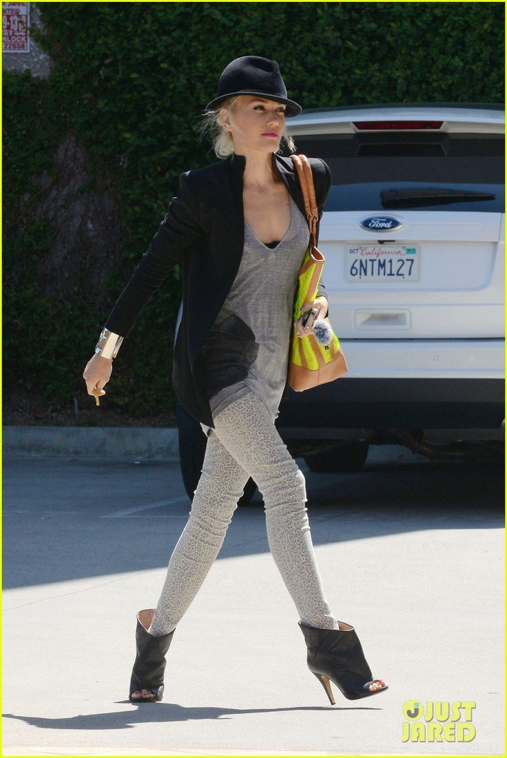 Gwen Stefani - just, you know...running ERRANDS over the weekend! she looks great
