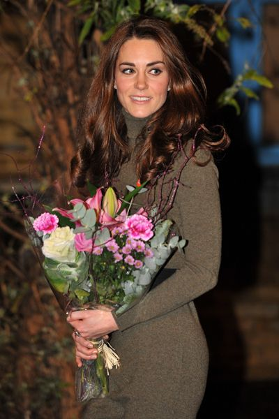 Kate Middleton shows off tiny waist during homeless shelter visit
