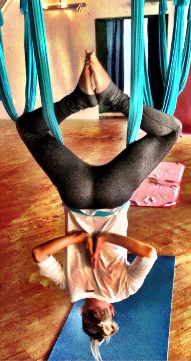 solo sara jean underwood colganda boca abajo usando yoga pants