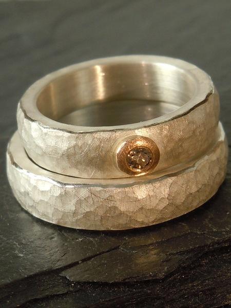 Trauringe, schlicht und edel, aus Silber mit gehämmerter Oberfläche ...
