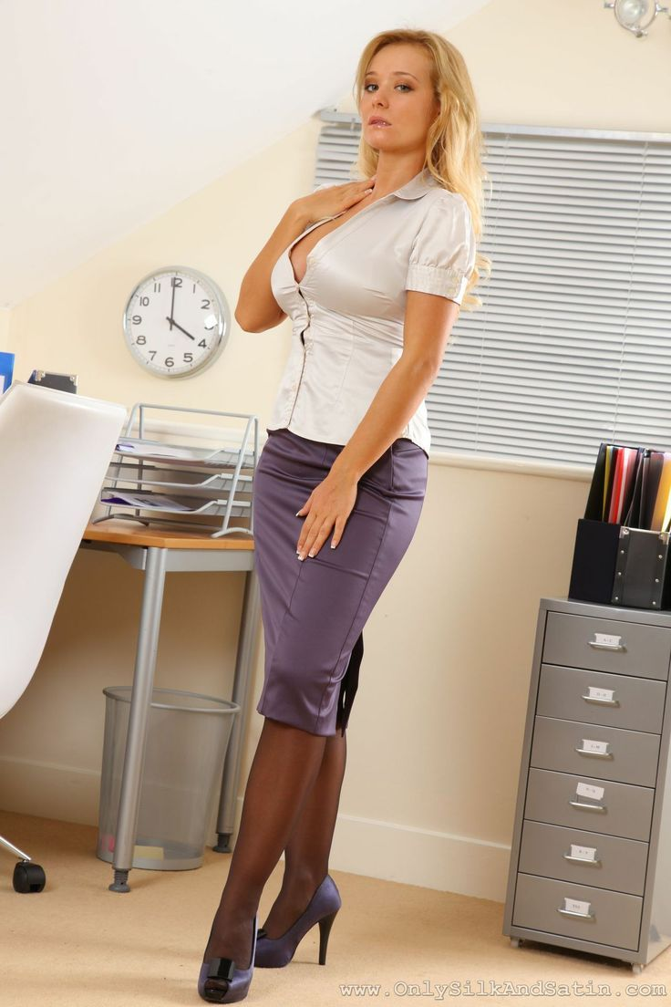 Dirty-minded MILF in glasses getting rid of her dress clothes and lingerie № 1040758 бесплатно