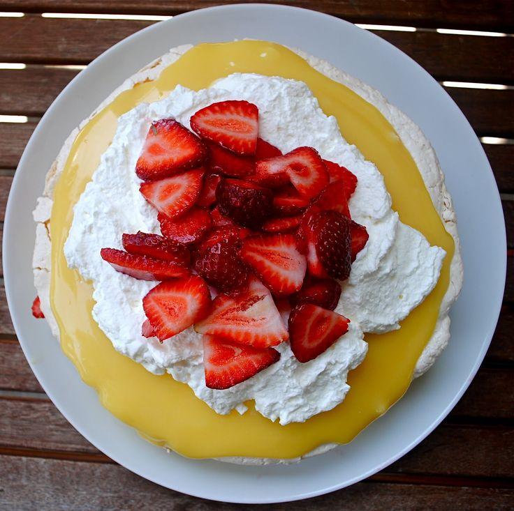 Pavlova with lemon curd | FoOd cRaVingS | Pinterest