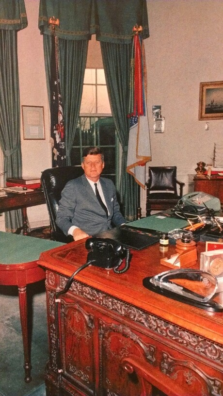 Jfk at his oval office desk camelot john jackie for Jfk in oval office