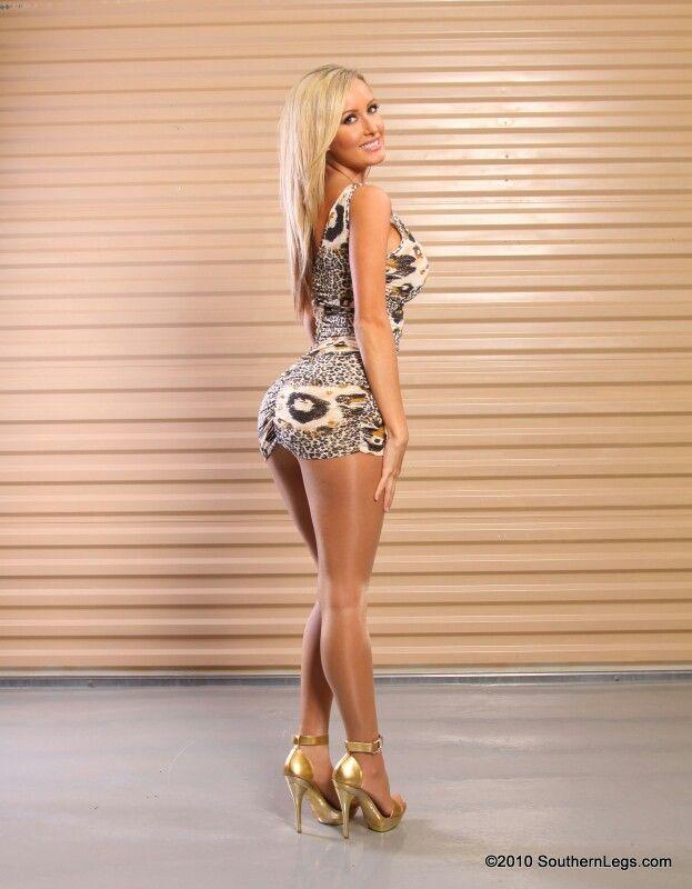 фото блондинок в мини платье