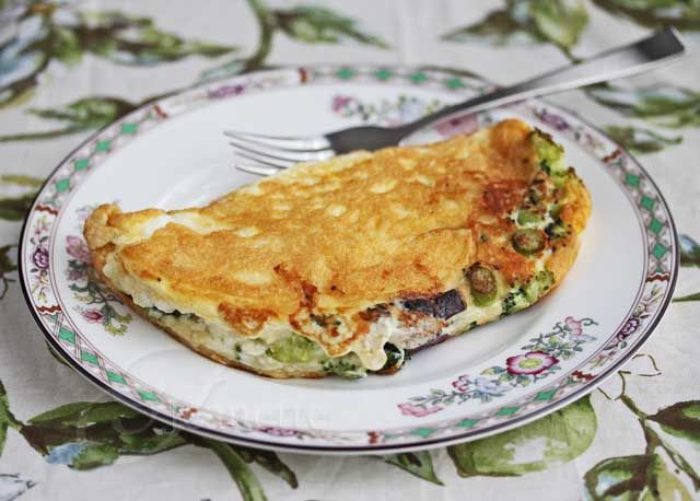 Fluffy Egg White Omelet with Broccoli and Cheddar Cheese | Recipe