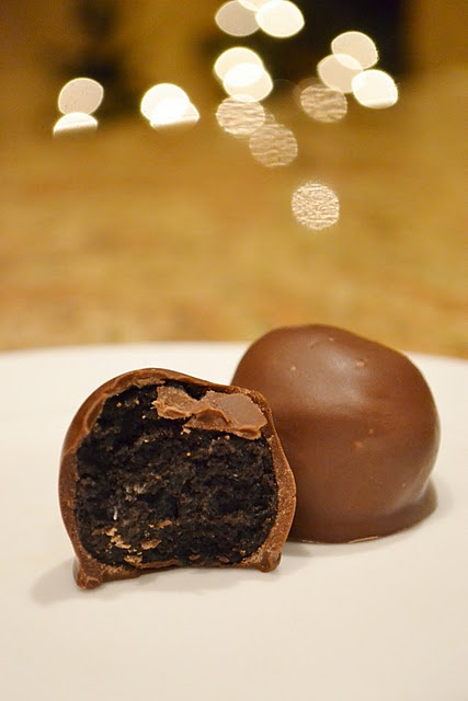 Oreo Balls- best things ever. Great for parties! Make sure to really ...