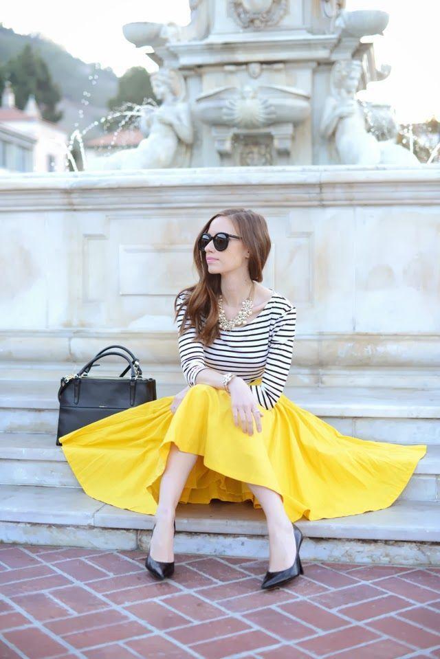 Falda Amarillo Luminoso el Caballito y Blusa a rayas.