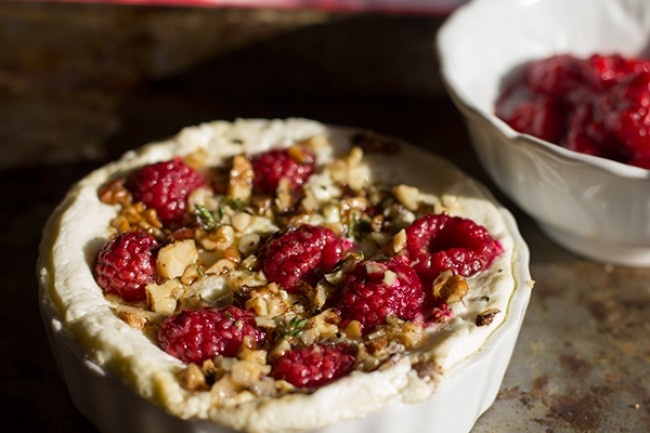 Baked goats cheese with raspberries and thyme