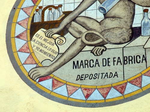 Anís del Mono, detalle del logo. El mono caricaturizaba a Darwin.