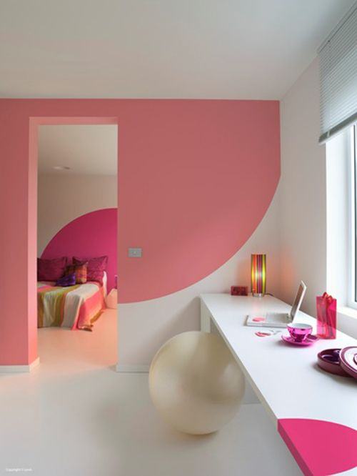 Blady różowy na białym tle rozjaśnia i dodaje ciepła. Szczególnie ładne połączenie z ciemniejszym różowym w dalszym pomieszczeniu.