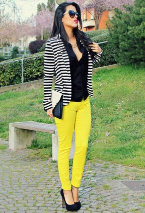 pantalon amarillo y blazer a rayas