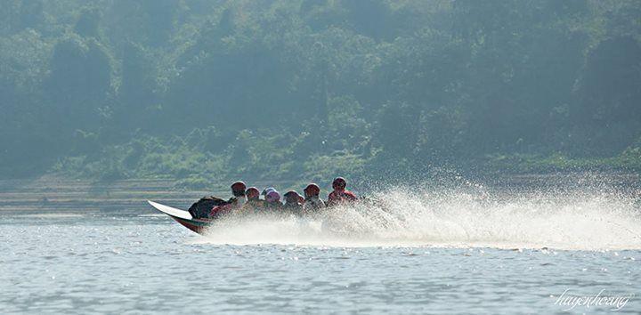 Một con thuyền đang lướt đi trên sông Mekong