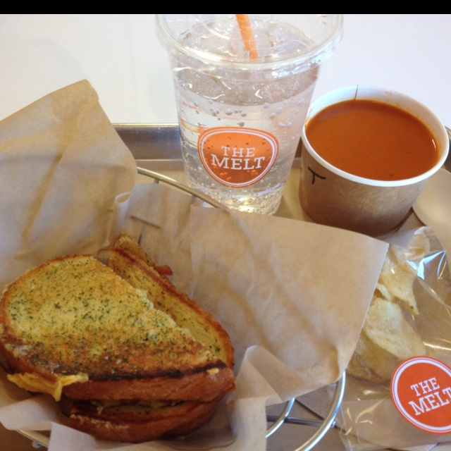 the melt's mac & cheese grilled cheese with tomato soup = yummers