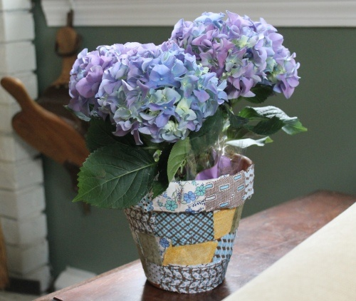 Patchwork flowerpots to make for Mother's Day gifts.