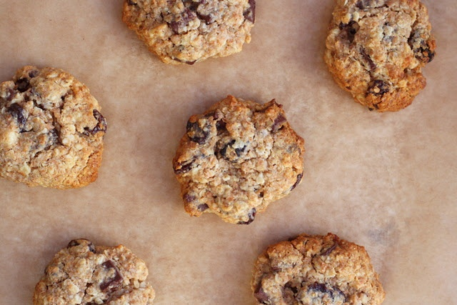 Oatmeal, raisin and chocolate chip cookies with agave nectar