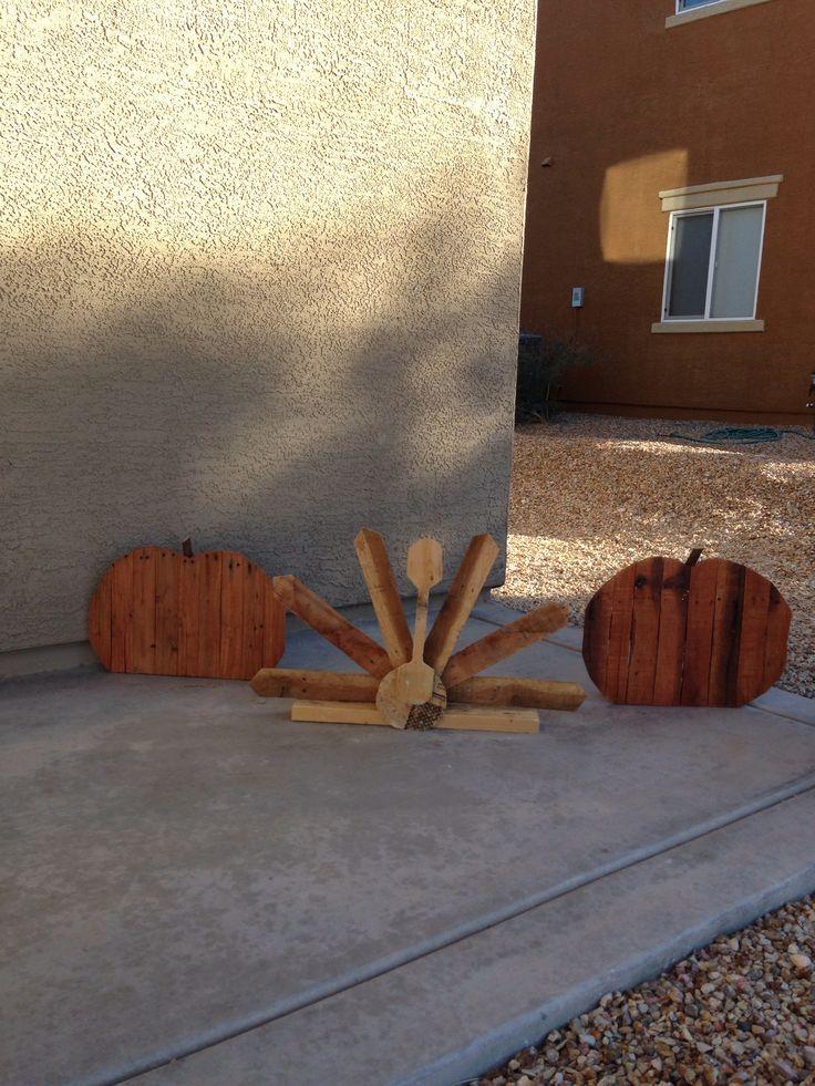 Pallet turkey and pumpkins