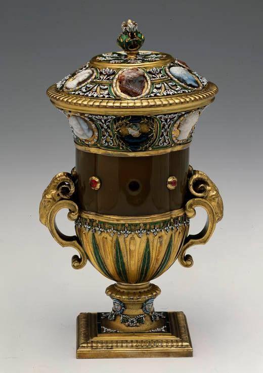 Vase avec son couvercle (jaspe, or, camées), Paris, Jean Royel, 1687-1689 - Collection du Grand Dauphin, fils de Louis XIV – Madrid, Musée National du Prado A la mort de Louis de France (1711), fils de Louis XIV, une partie de sa collection d'objets précieux est revenue à son fils Philippe V, roi d'Espagne. Cette collection est conservée au Musée National du Prado, sous le nom du Trésor du Dauphin (Tesoro del Delfín).