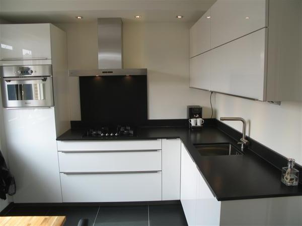 Moderne hoogglans keuken met 2 cm composiet werkblad keuken pinterest - Witte keuken met zwart werkblad ...