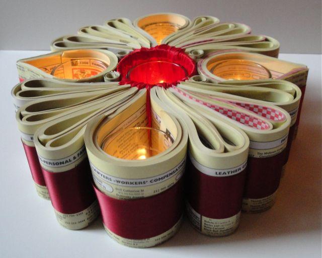 Bougeoir en tranches de pages d'annuaire téléphonique enroulées puis entourées de rubans - (Papier + Luminaires)