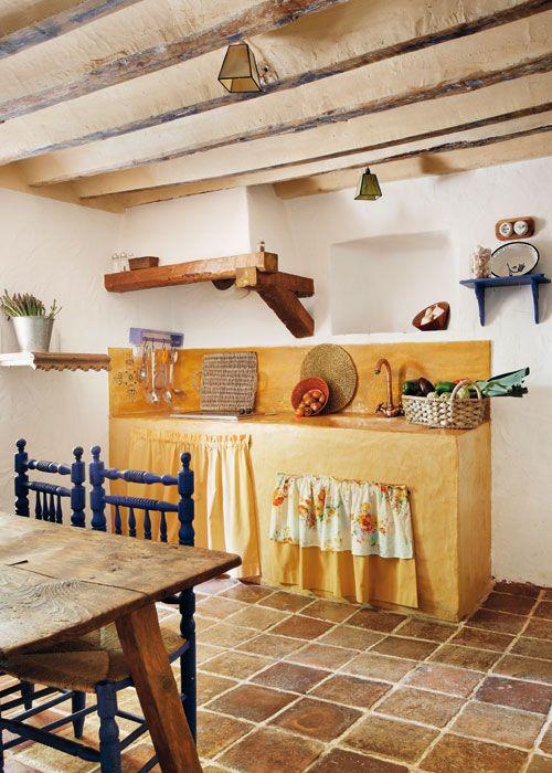 Qué poco hace falta para montar una cocina. Sobre una encimaera de bra, un fregadero y una mini placa donde trabajar.