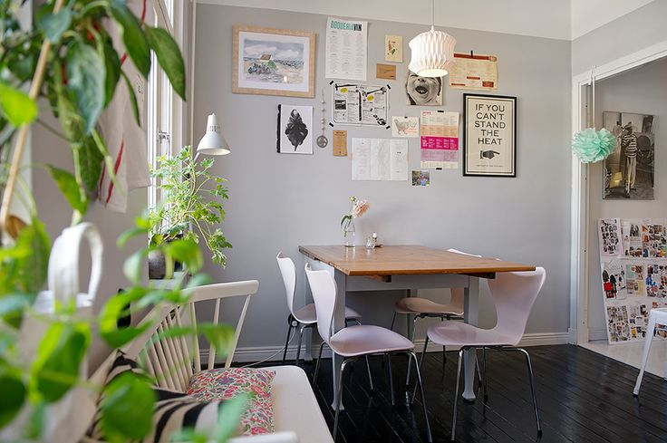 Inspiring kitchen with baby pink chairs and lovely wall prints. Picture from Alvhem Mäkleri och Interiör.