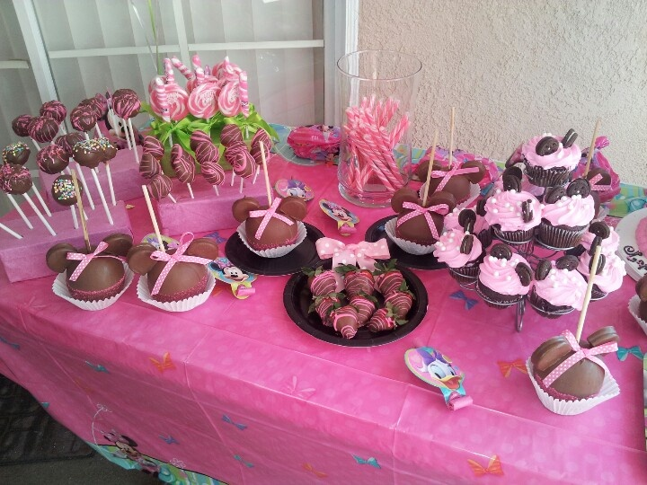 Minnie Mouse candy bar set up | candy bar ideas | Pinterest
