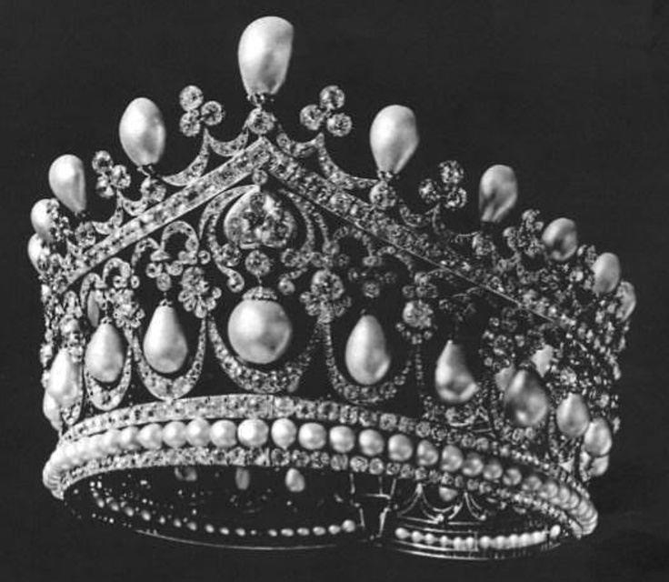 Better pin of the Romanov Pearl tiara of Empress Alex Romanova.   See nearby pins for history