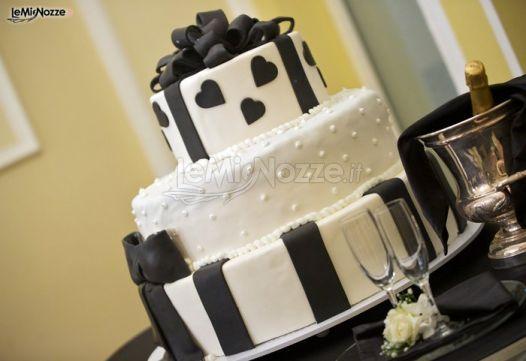 ... -foto/img36652.html Torta nuziale bianca e nera con cuori decorati