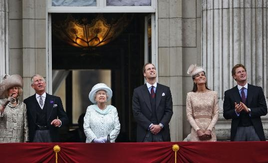 Crowds cheer Queen on last day of Jubilee