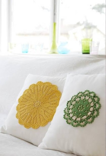 I want to make one pillow like this from my grandmas old crochet cloth, but with a lot of them toghether one a white pillow so you can just se the white pillow in the small holes in the crochet cloth, in the colours bright blue and orange.
