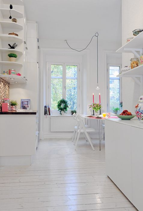 biała kuchnia z pop koloru i wiele zbudowany w półki i miejsca wyświetlania.  Podczas malowania należy użyć farb, które są niskie VOC, niska biocydów i wykonane z naturalnych pigmentów.
