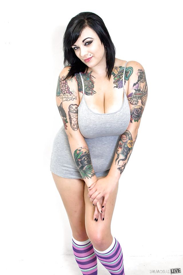 Tattooed BBW Scarlet Lavey demonstrates her affinity for oral sex № 240264  скачать