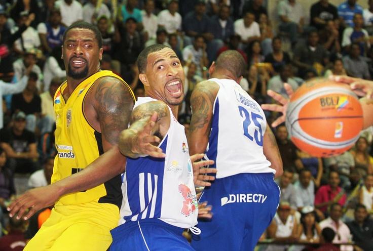 Juego de baloncesto entre Panteras de Miranda y Marinos de Anzoátegui.   Créditos: Hector Castillo