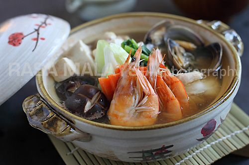 Nabe recipe (Anything Goes Hot Pot) - Chicken, mushrooms, Napa cabbage ...