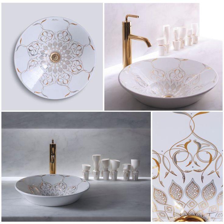 wzorzysta umywalka w ze złotym ornamentem