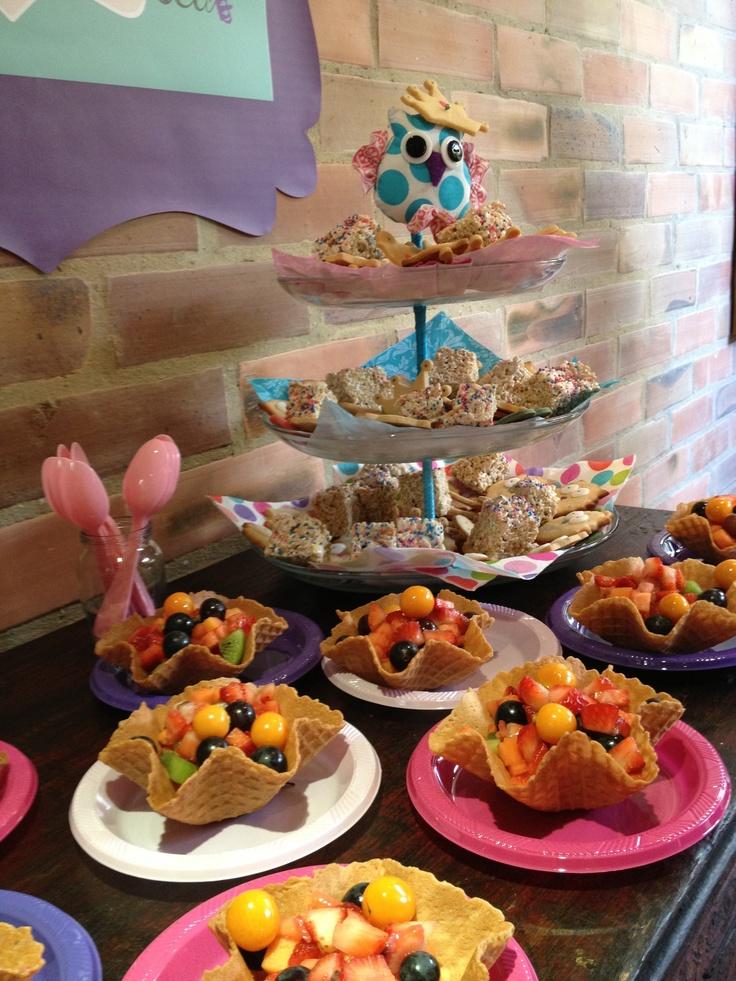 galletas y canastas de fruta para el baby shower brunch decoracion