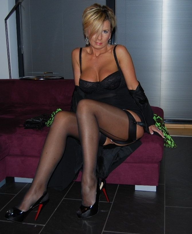 Beauty mature Lexxxi is wanking this nice dick using her long legs № 906400  скачать