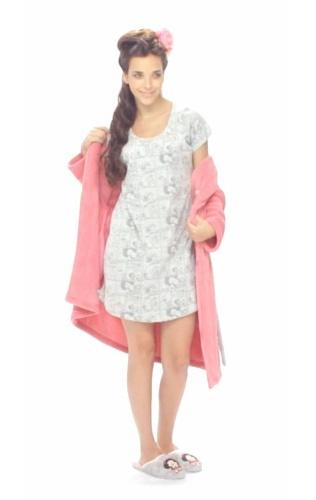 Camisa de dormir gris, bata de polar rosada y pantuflas Mafalda
