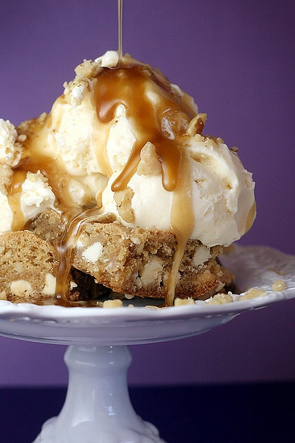 Copycat Applebee's Walnut Blondie With Maple Butter Sauce