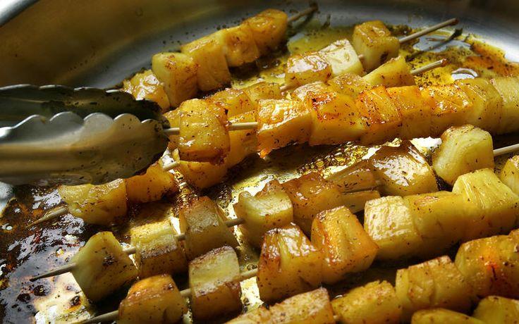 Pineapple brochettes with saffron caramel | Recipe