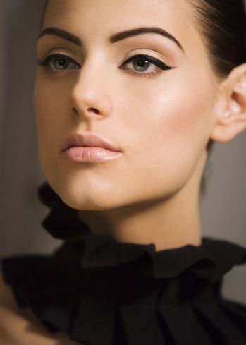 Clean skin, strong eyebrows, nude lips, perfect cat-eye.. my dream face!